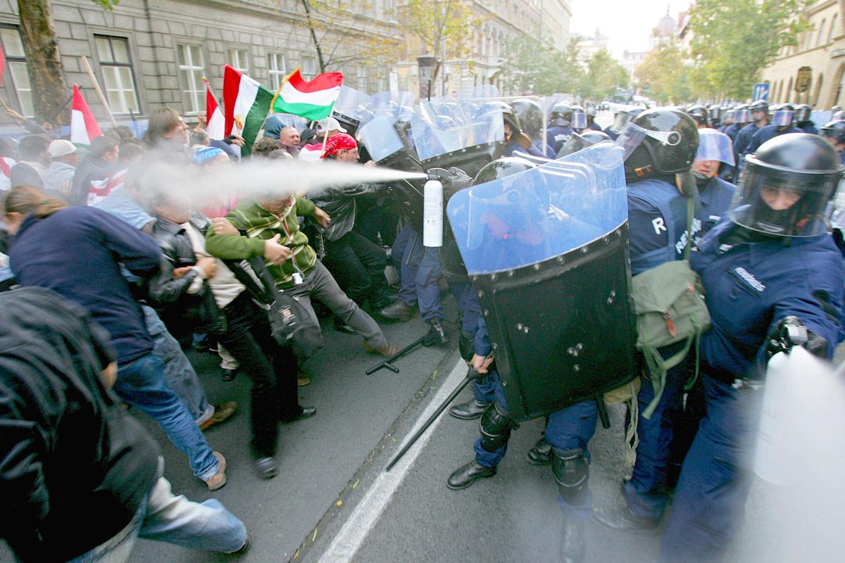 A rendőri erőszak mindenkit megdöbbentett, csak az Európai Parlamentre nem volt hatással