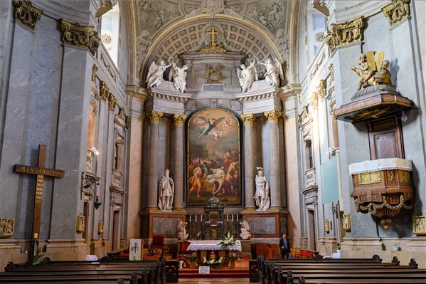 Megújul a pápai katolikus nagytemplom