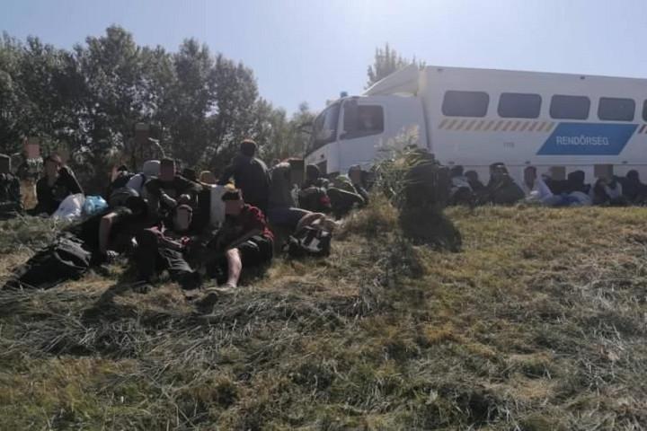 Ötvenhat határsértőt tartóztattak fel Szegednél