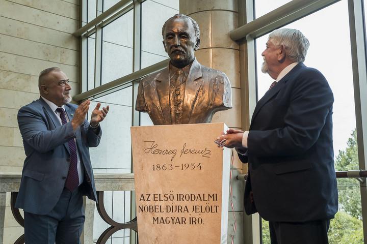 Herczeg Ferenc-szobrot avattak a Nemzeti Színházban