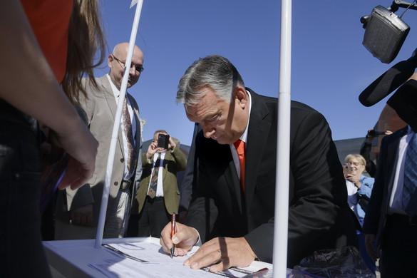 Orbán Viktor is aláírta a Stop, Gyurcsány! Stop, Karácsony! petíciót