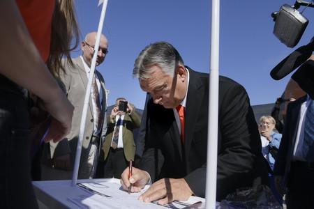 Orbán Viktor is aláírta <br>a Stop, Gyurcsány! Stop, Karácsony! petíciót