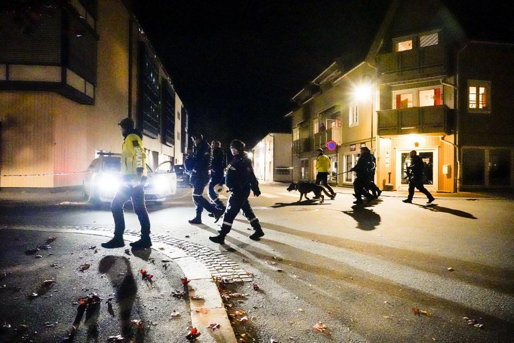 Rendőrök helyszínelnek az íjjal történt támadás dél-norvégiai Kongsberg kisvárosában