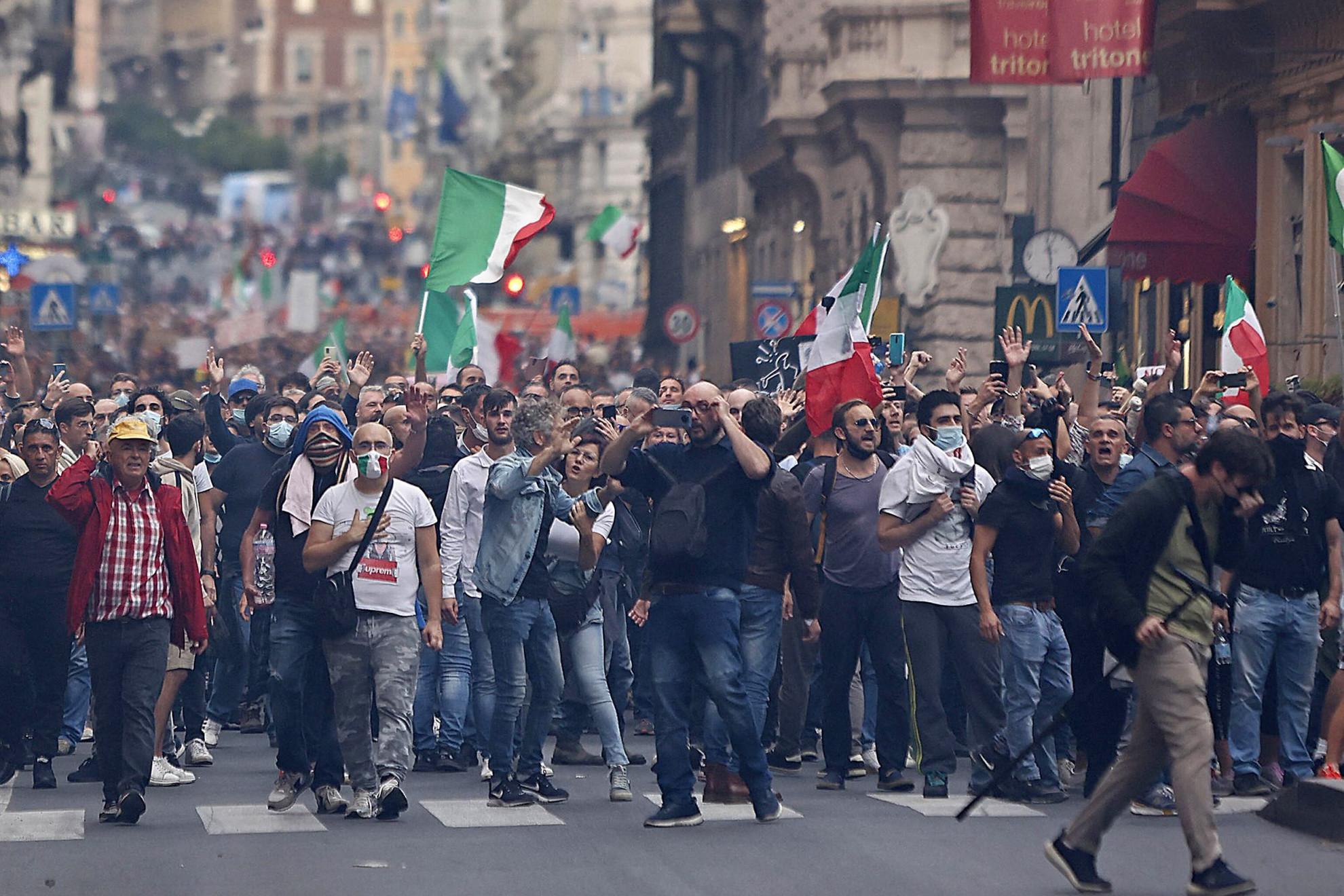 Több ezer dühös ember vonult az utcákra Rómában