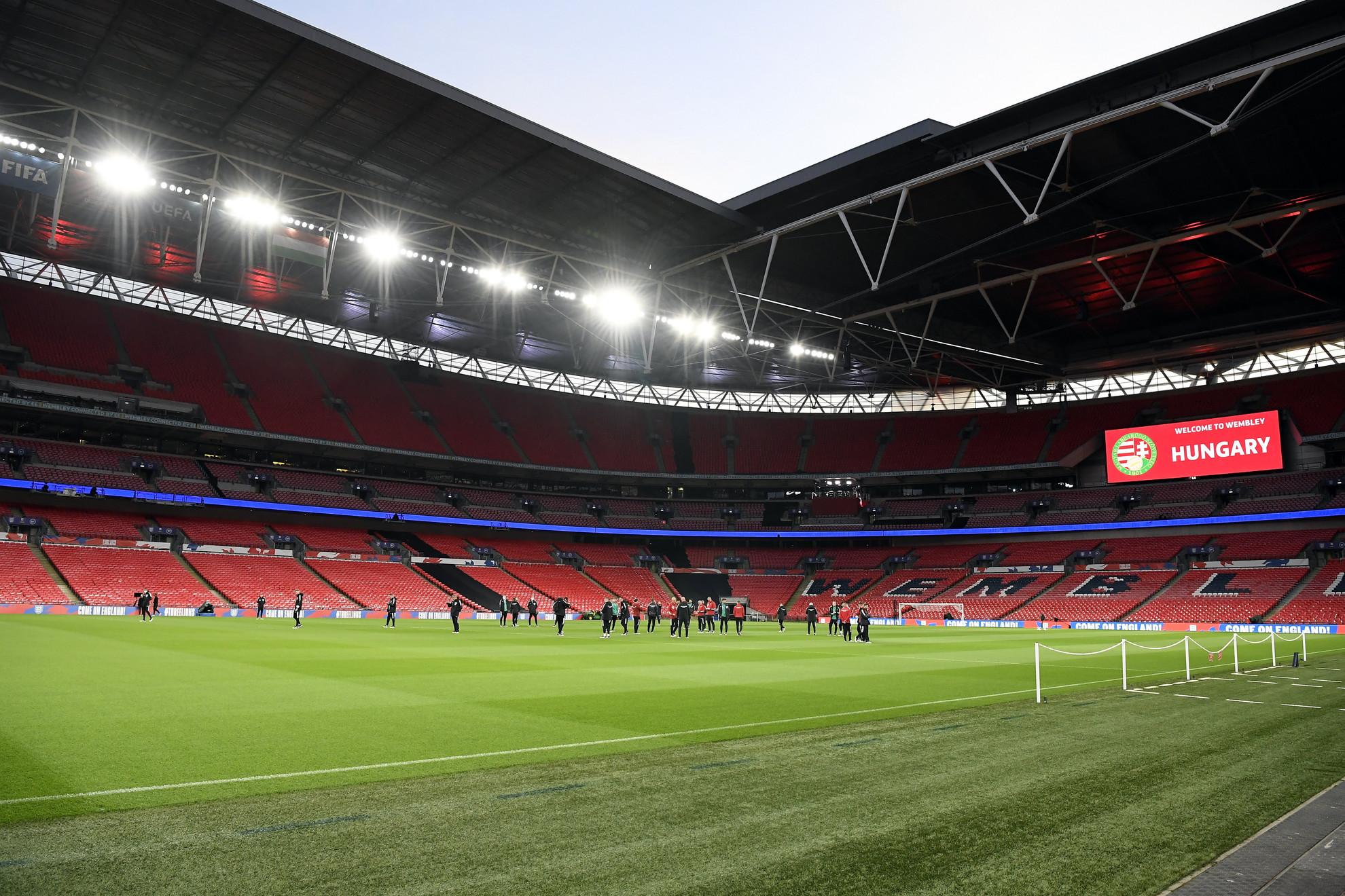 A magyar labdarúgó-válogatott játékosai a Wembley Stadionban tartott pályabejáráson Londonban 2021. október 11-én