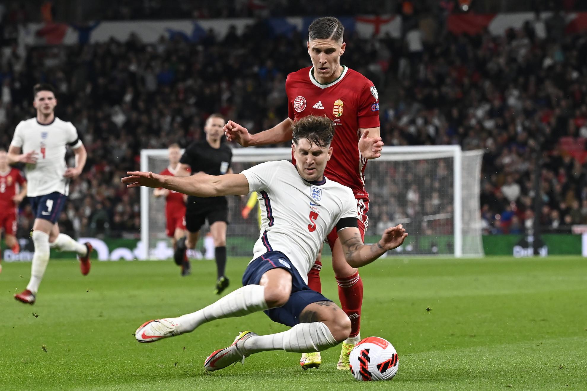 Sallai Roland (hátul) és az angol John Stones a labdarúgó világbajnoki selejtezők 8. fordulójában játszott Anglia - Magyarország mérkőzésen a londoni Wembley Stadionban 2021. október 12-én