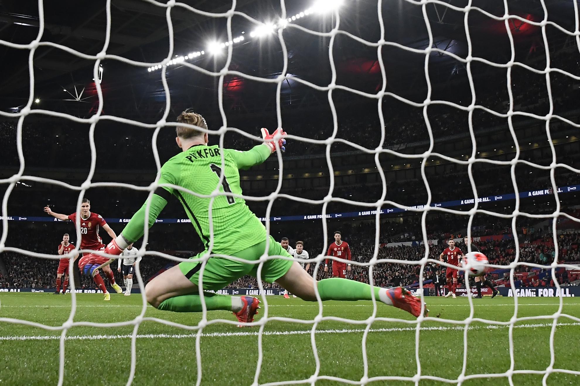 Sallai Roland büntetőből gólt szerez a labdarúgó világbajnoki selejtezők 8. fordulójában játszott Anglia - Magyarország mérkőzésen a londoni Wembley Stadionban 2021. október 12-én