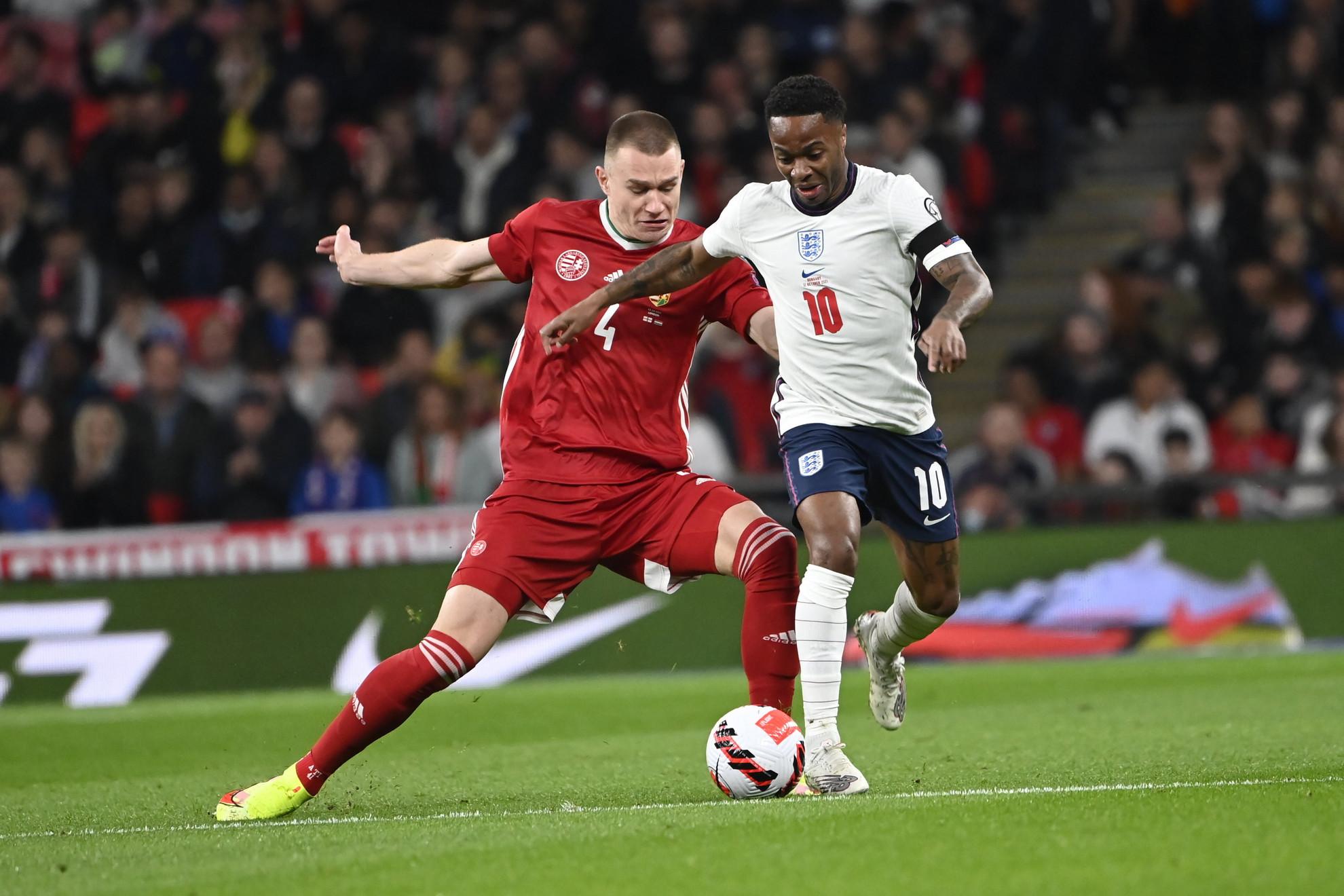 Szalai Attila (j) és az angol Raheem Sterling a labdarúgó világbajnoki selejtezők 8. fordulójában