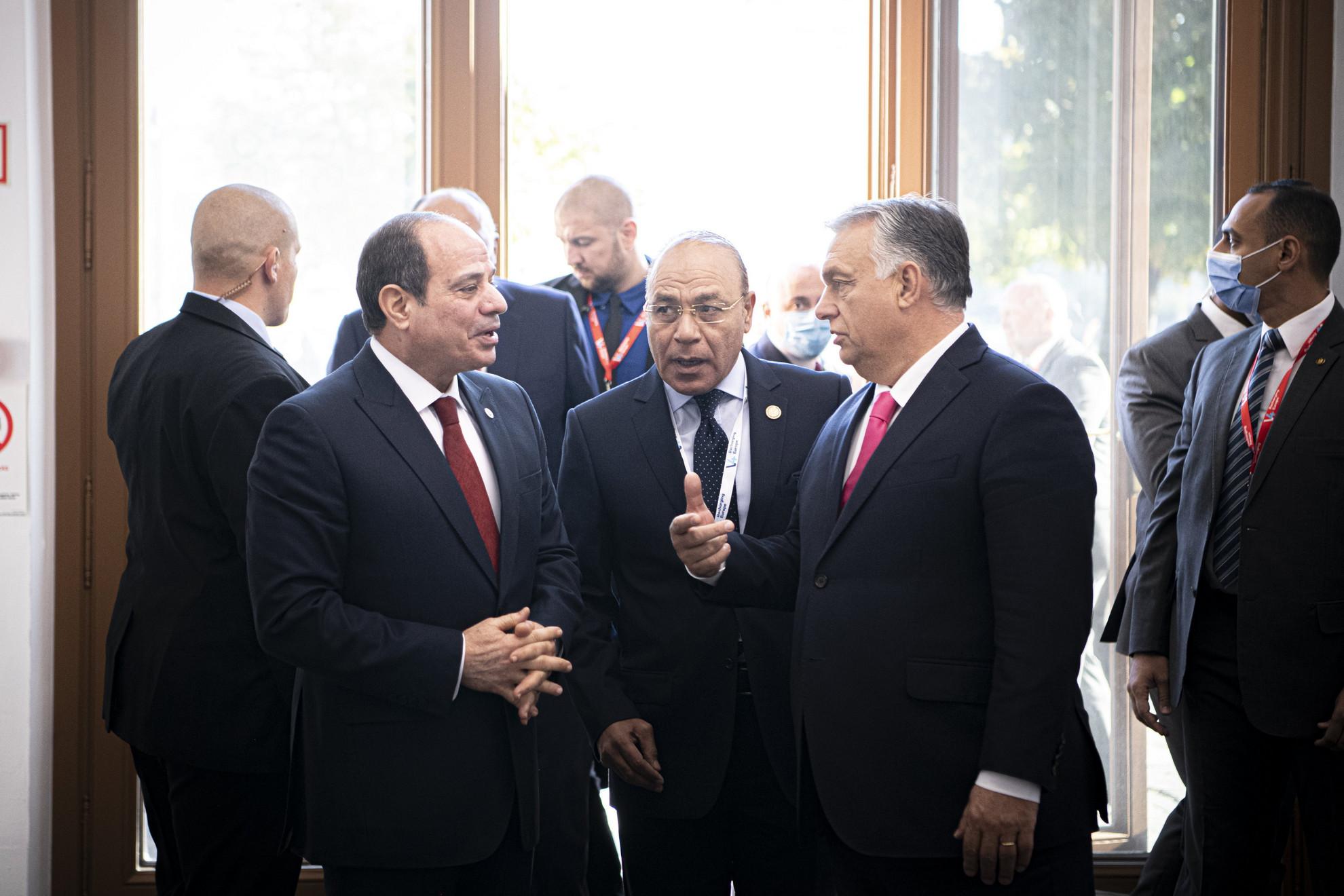 A Miniszterelnöki Sajtóiroda által közreadott képen Abdel-Fattáh esz-Szíszi egyiptomi elnök (b) és Orbán Viktor magyar kormányfő a V4-Egyiptom csúcstalálkozón a Várkert Bazárban