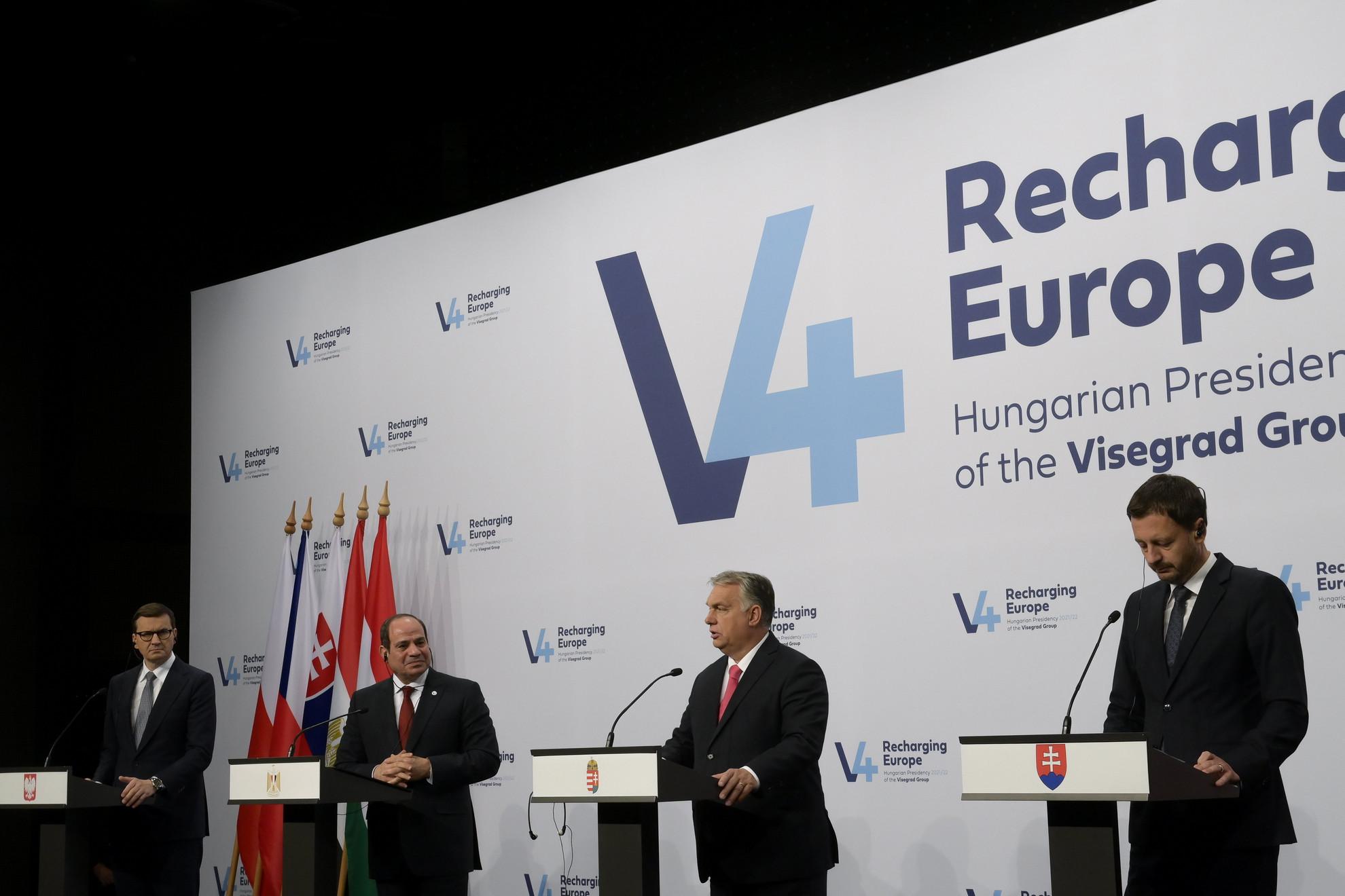 Orbán Viktor miniszterelnök beszél (j2), mellette Mateusz Morawiecki lengyel (b) és Eduard Heger szlovák (j) kormányfő, valamint Abdel-Fattáh esz-Szíszi egyiptomi elnök (b2) a V4-Egyiptom csúcstalálkozó utáni sajtónyilatkozaton