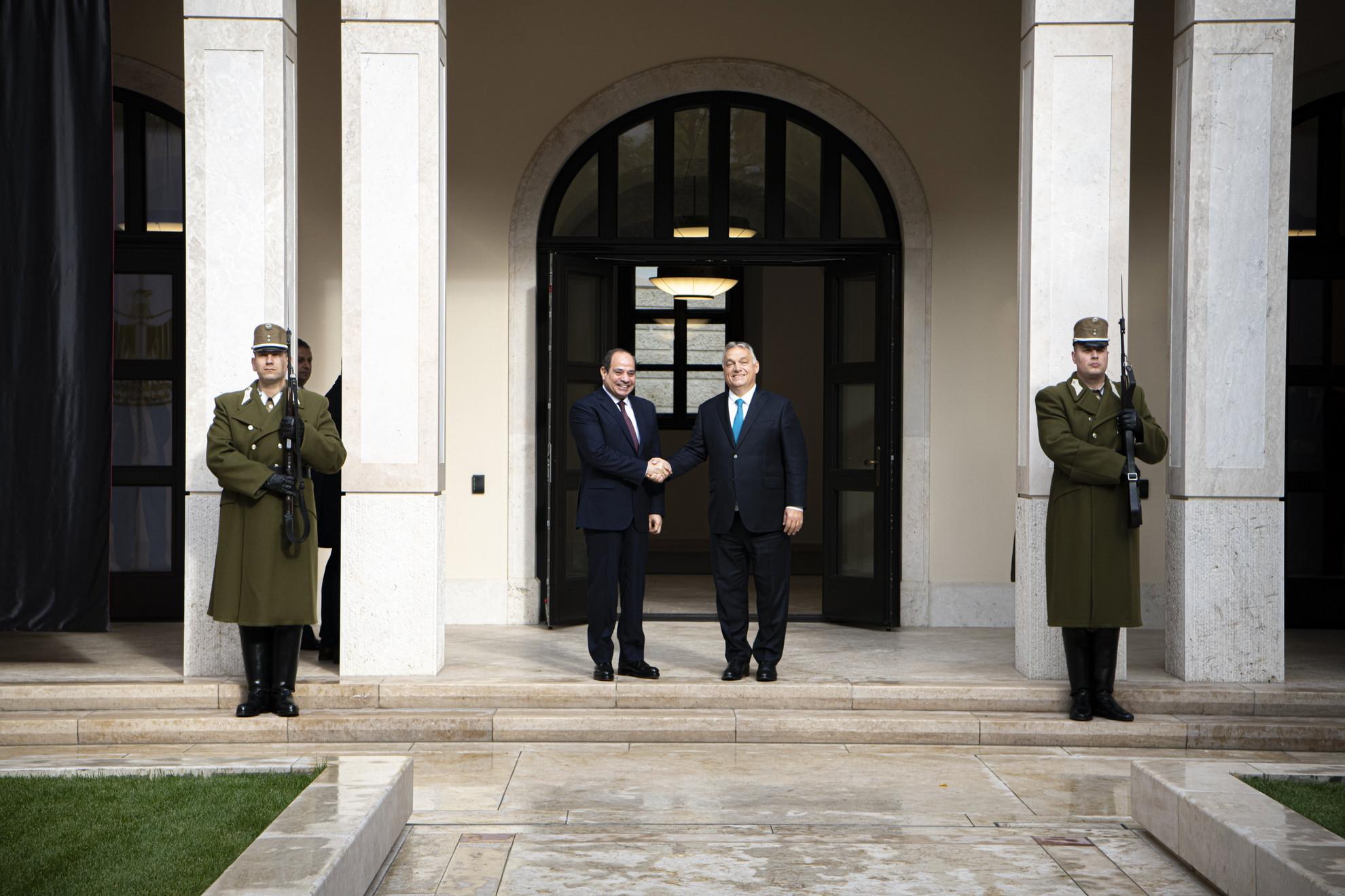 A Miniszterelnöki Sajtóiroda által közreadott képen Orbán Viktor kormányfő (j) fogadja Abdel-Fattáh esz-Szíszi egyiptomi elnököt a Karmelita kolostorban