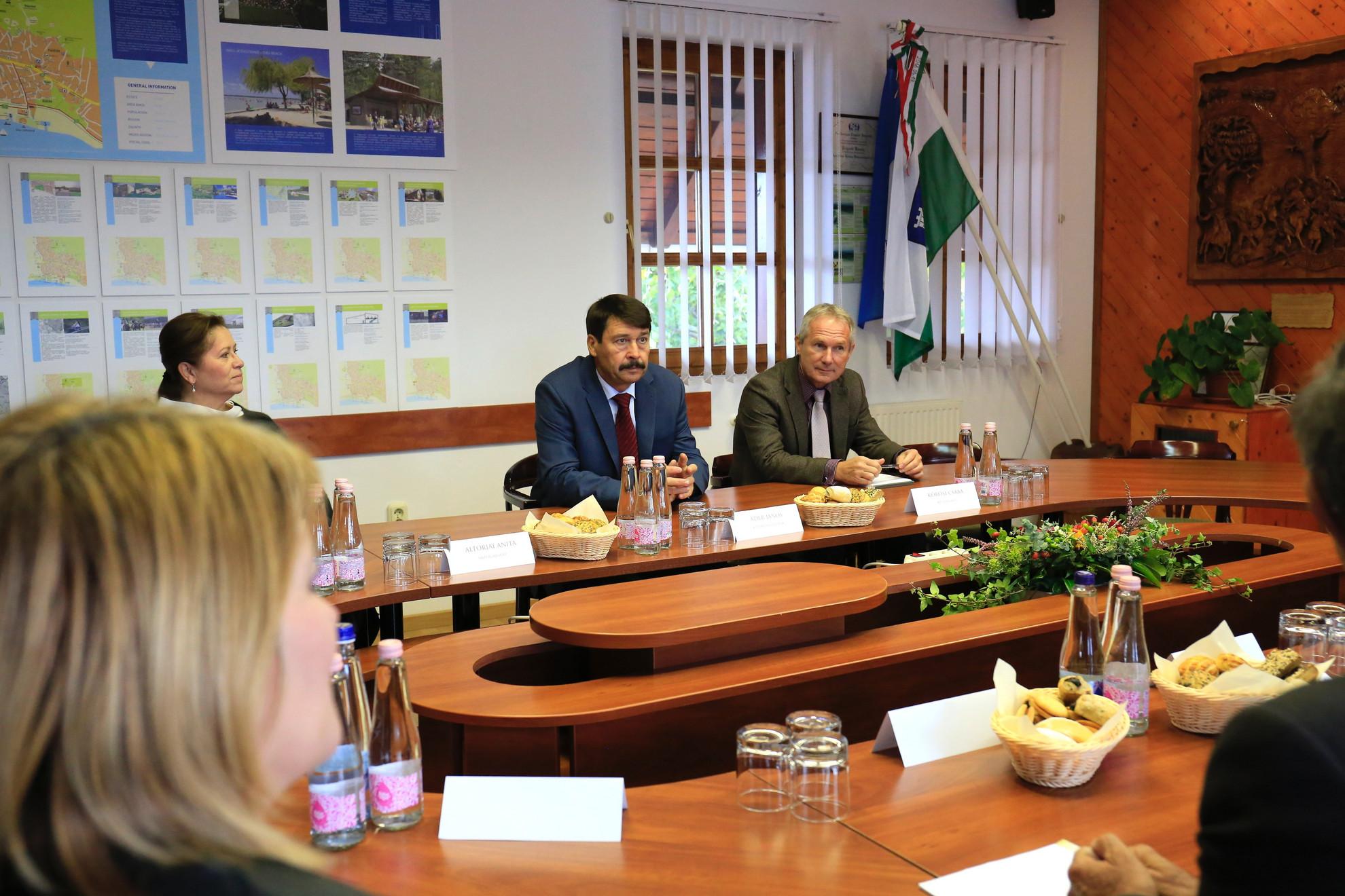Áder János köztársasági elnök (k) Gyenesdiáson a polgármesteri hivatalban tartott tanácskozáson