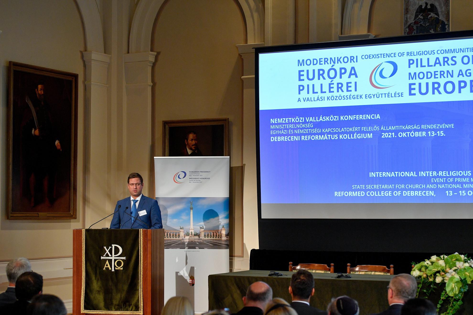 Gulyás Gergely, a Miniszterelnökséget vezető miniszter beszédet mond A modernkori Európa pillérei - a vallási közösségek együttélése című konferencián a Debreceni Református Kollégiumban