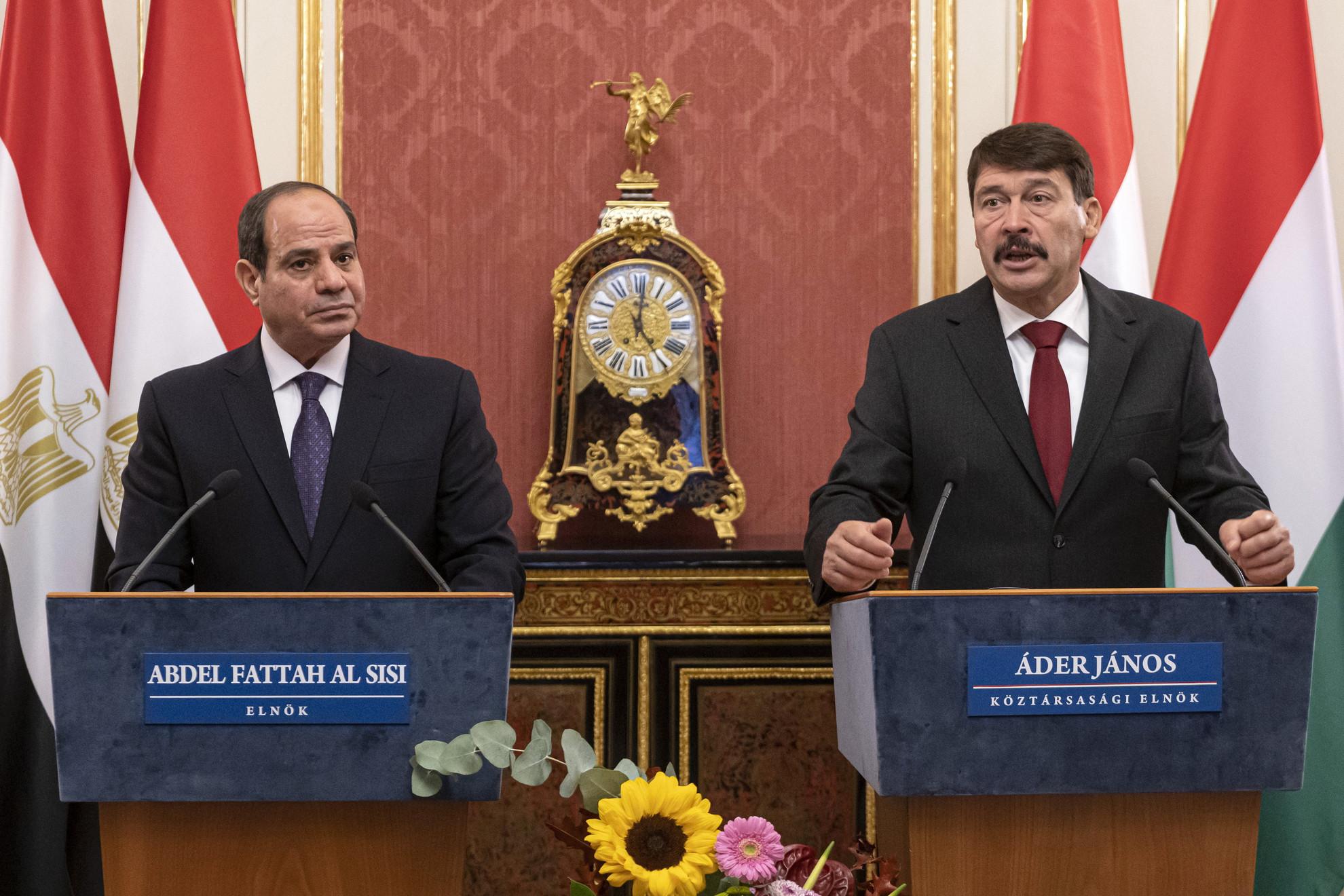 Áder János köztársasági elnök (j) és Abdel-Fattáh esz-Szíszi egyiptomi elnök sajtótájékoztatója a Sándor-palotában 2021. október 12-én