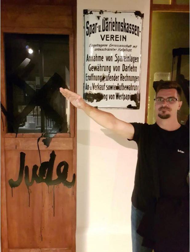 Újabb fénykép került elő a Jobbik karlendítő alpolgármesteréről