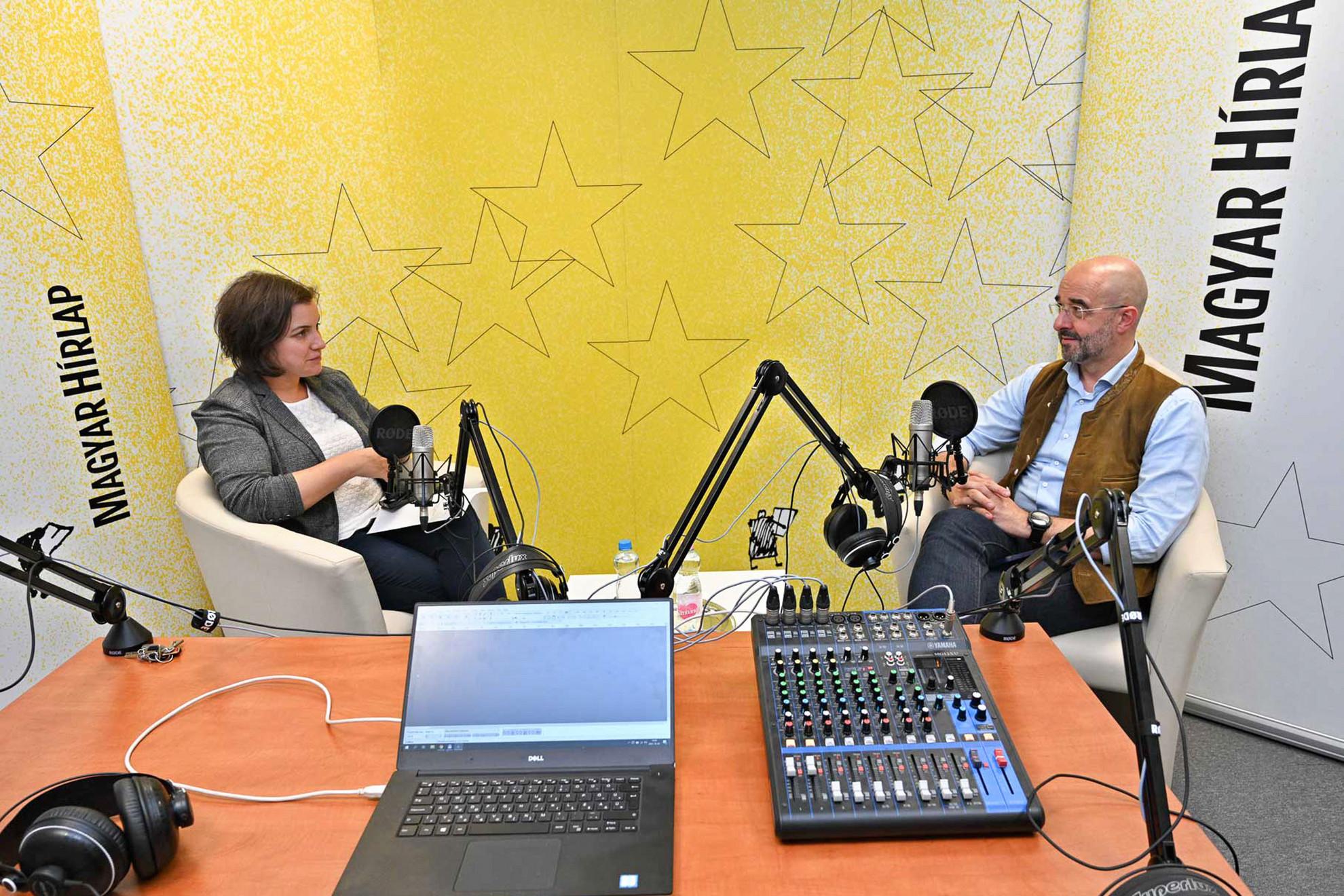 Lapunk főmunkatársa, Őry Mariann és Kovács Zoltán nemzetközi kommunikációért és kapcsolatokért felelős államtitkár a Faktum felvételén