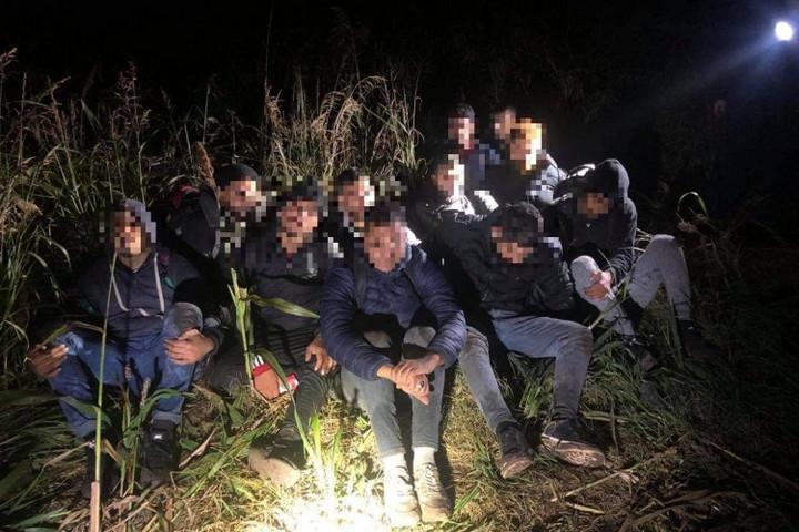 Több mint hétszáz határsértő ellen intézkedtek a rendőrök a hétvégén