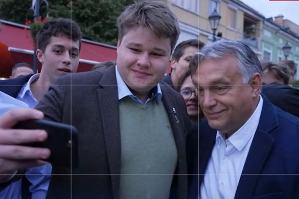 Így üzemel Orbán Viktor szelfigyára
