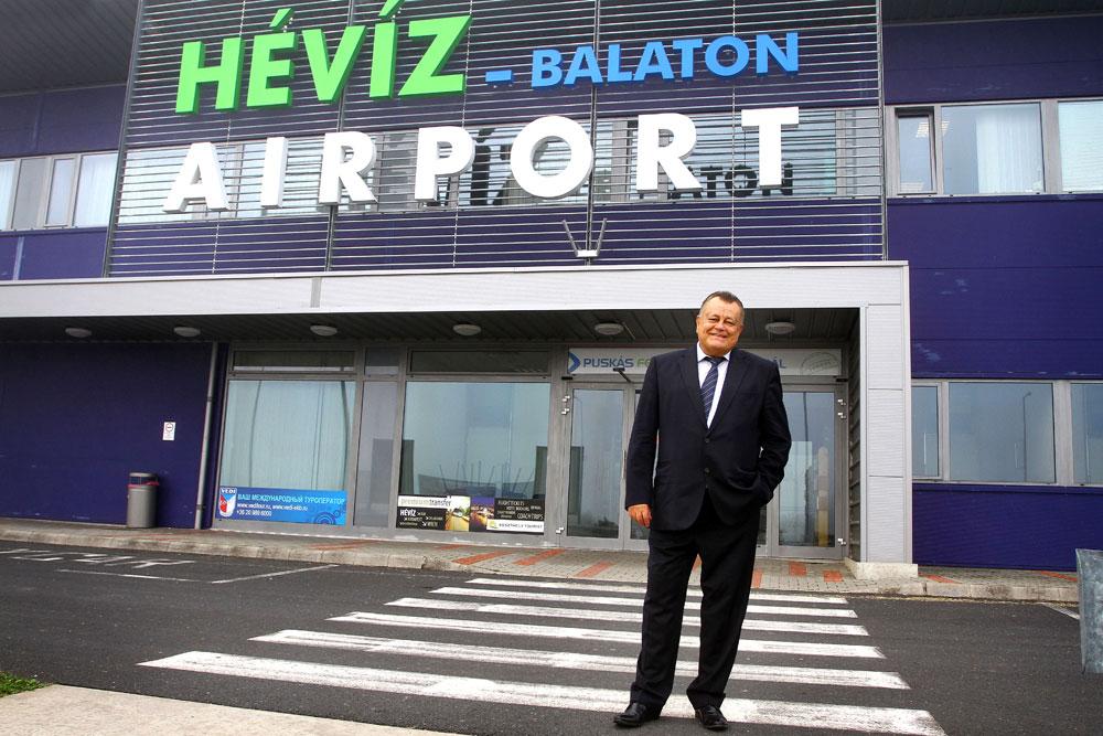 Széles Gábor Sármelléki Repülőtér előtt