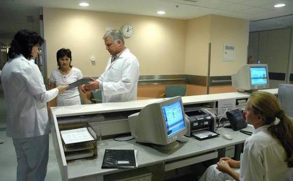 Többlépcsős bérfejlesztést szeretnének az orvosoknál is