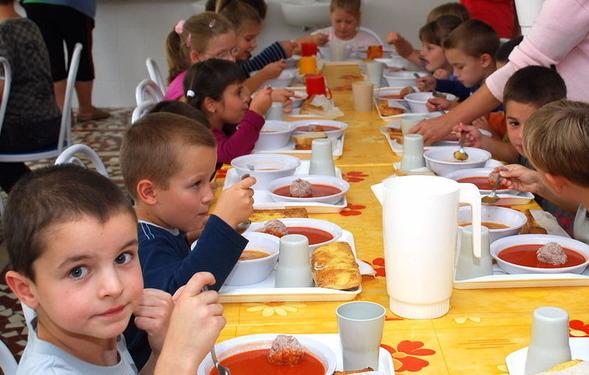 gyermekek étkeztetése576x356