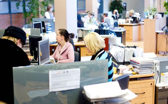 Egyre több cég szünetelteti a személyes ügyintézést