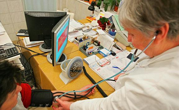 Az egészségügy továbbra is számít a 65 év feletti orvosokra és szakdolgozókra