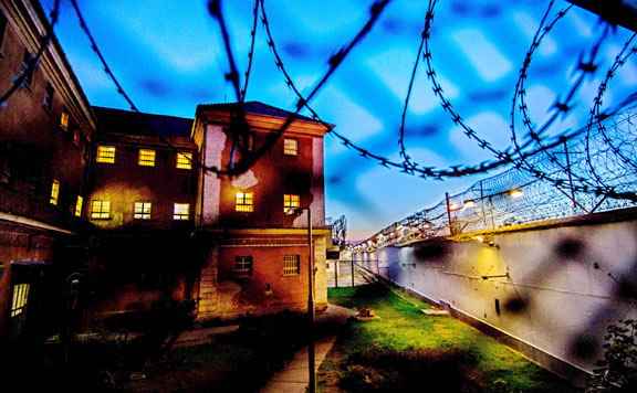 A balliberális holdudvar gazdagodik a börtönbizniszen