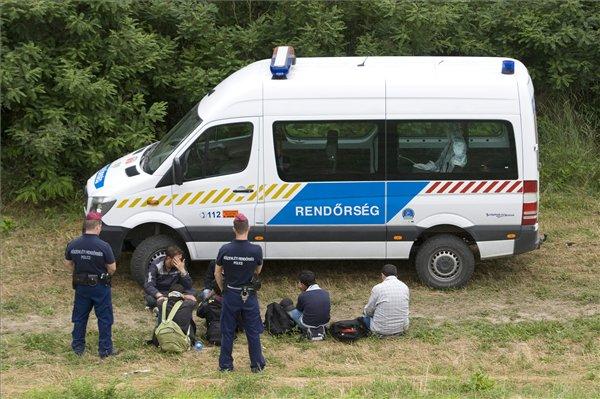 Huszonkilenc határsértőt fogtak el egy román kisteherautóban