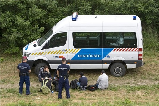 Több mint 300 határsértő ellen intézkedtek a rendőrök a hétvégén