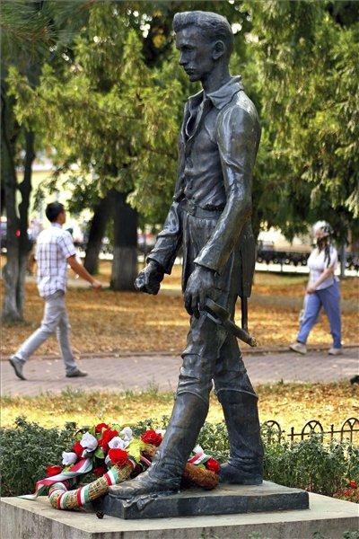 petőfi  szobor ungvár álló