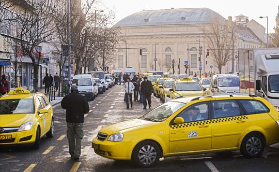 Május óta harmincöt taxi rendszámát vonta be a hatóság