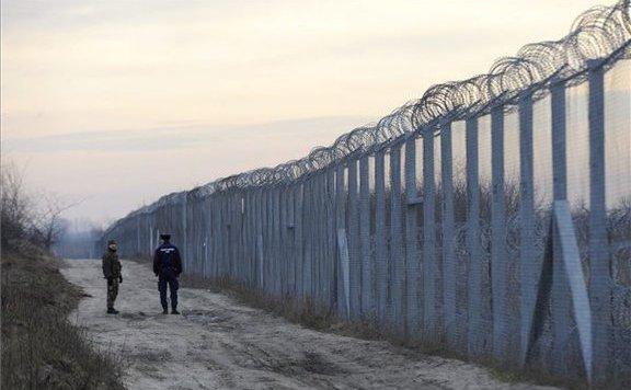 Több mint 350 határsértő migránst fogtak a rendőrök hétvégén
