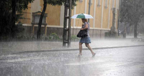 Marad a hűvös, esős idő
