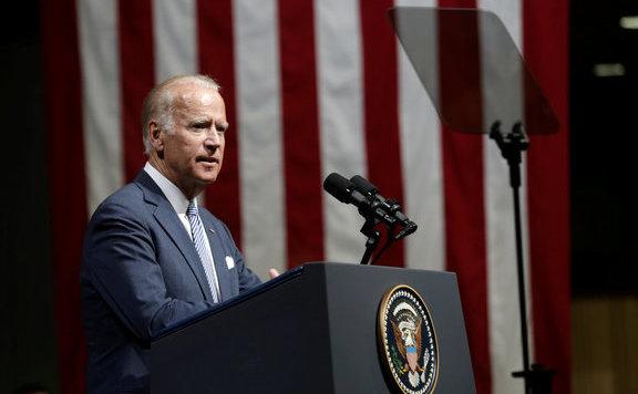Joe Biden elnökként a támadófegyverek betiltásáért dolgozna
