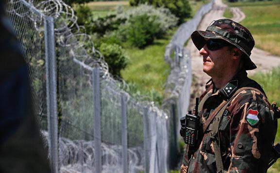 Figyelmeztető lövésekkel állítottak meg két migránst a román-magyar határon