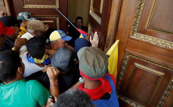 Tüntetőket tartóztattak le Venezuela washingtoni nagykövetségén