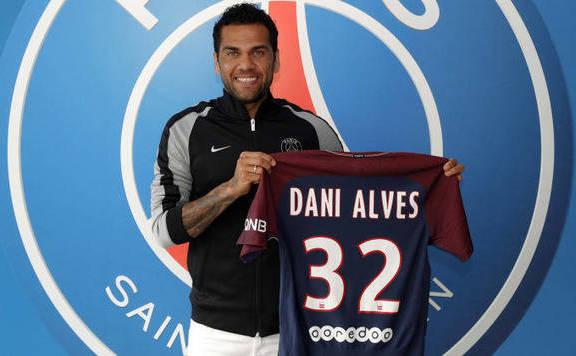 Dani Alves távozik a Paris Saint-Germaintől