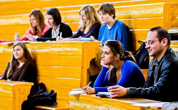 A járvány alatt is kiemelten támogatja a fiatalokat a kormány