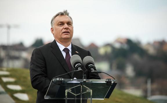 Orbán Viktor együttérzéséről és támogatásáról biztosította a francia államfőt és a francia püspöki kar elnökét