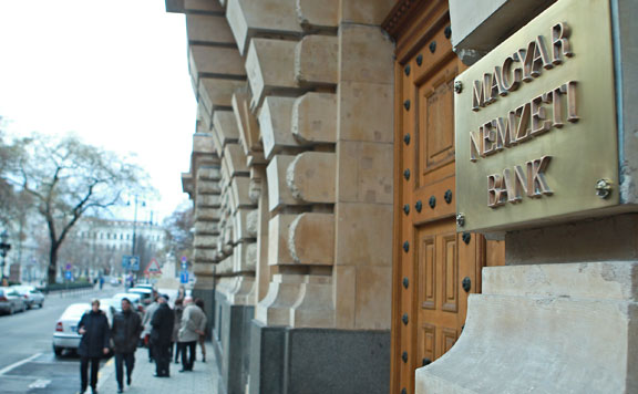 A lakossági hitelekre is törlesztési moratóriumot kér a bankoktól az MNB
